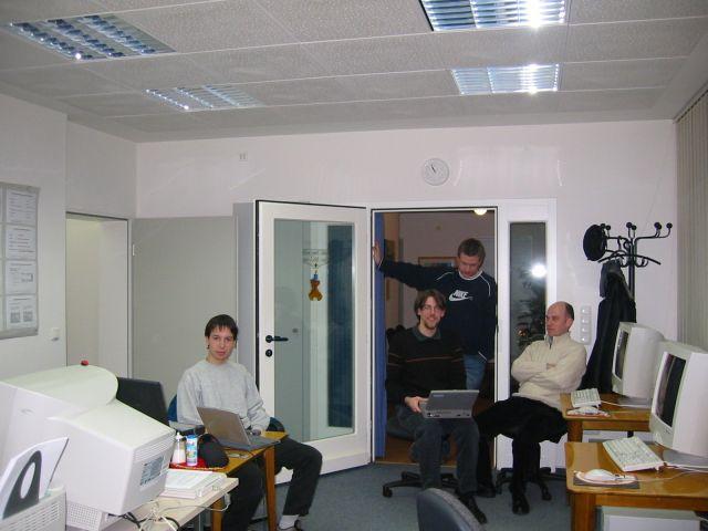 Begeisterte Linux User bleiben bis zum bitteren Ende :) Das Foto entstand auf einem Treffen Anfang 2003. Es ist wohl das erste Foto ueberhaupt, welches ein Treffen der Linux User Group in Moenchengladbach zeigt!